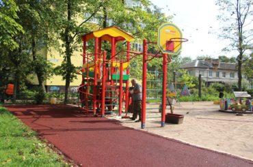 На детских площадках в Янино-1 меняют покрытия
