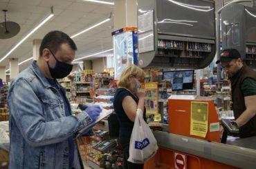 Продавец «Дикси» попался без маски