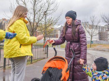 Члены волонтерского штаба поселения подарили жителям 500 Георгиевских ленточек