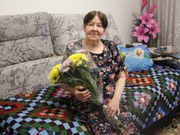 «85 – это мало»: жительницу Янино-1 Галину Губанову поздравили с юбилеем